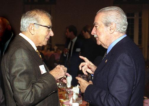 Walter Neustadt Jr. (left) and Álvaro Mutis at the Neustadt banquet, University of Oklahoma, October 18, 2002